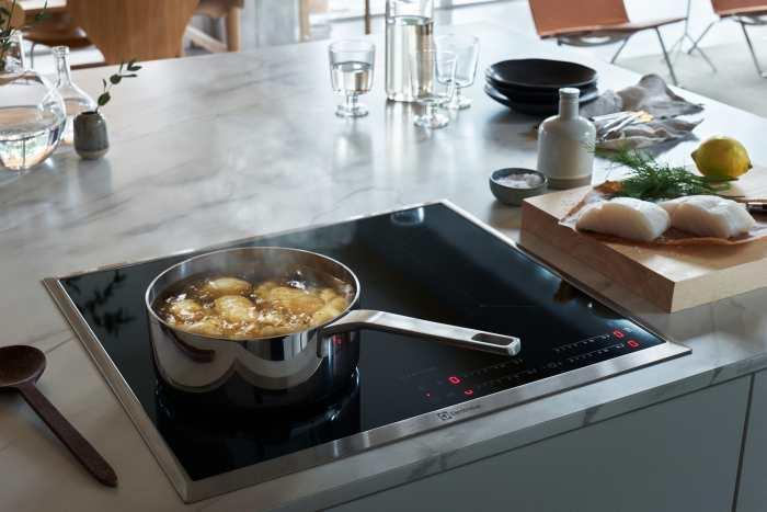 Nowoczesna biała kuchnia: jak dopasować do niej ściany, podłogę i blat?