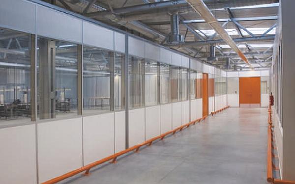 Kabiny i obudowy dźwiękoizolacyjne w halach przemysłowych